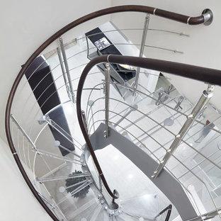 Неиссякаемый источник вдохновения для домашнего уюта: изогнутая лестница в современном стиле с акриловыми ступенями и перилами из смешанных материалов без подступенок