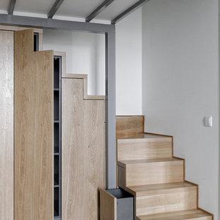 Diseño de escalera en L, escandinava, con escalones de madera y contrahuellas de madera