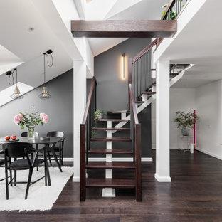 На фото: большая лестница в современном стиле с обоями на стенах с