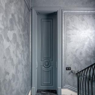 Неиссякаемый источник вдохновения для домашнего уюта: лестница в стиле современная классика с металлическими перилами