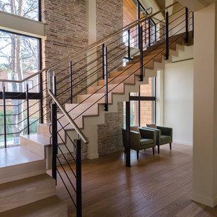 Новые идеи обустройства дома: п-образная лестница в современном стиле с деревянными ступенями, деревянными подступенками и металлическими перилами