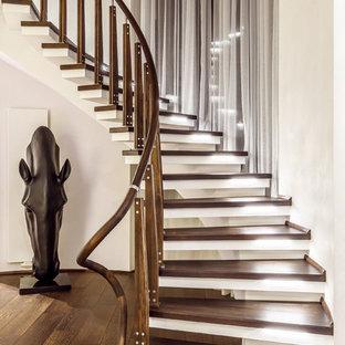 Стильный дизайн: изогнутая лестница в современном стиле с перилами из смешанных материалов без подступенок - последний тренд