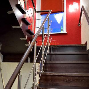 Foto de escalera en U y papel pintado, grande, con escalones de madera pintada, contrahuellas de madera pintada, barandilla de varios materiales y papel pintado