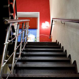 Modelo de escalera en U y papel pintado, grande, con escalones de madera pintada, contrahuellas de madera pintada, barandilla de varios materiales y papel pintado