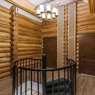 Идея дизайна: винтовая лестница в стиле рустика с металлическими ступенями и металлическими перилами без подступенок