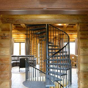 Ejemplo de escalera de caracol, de estilo de casa de campo, de tamaño medio, sin contrahuella, con escalones de metal