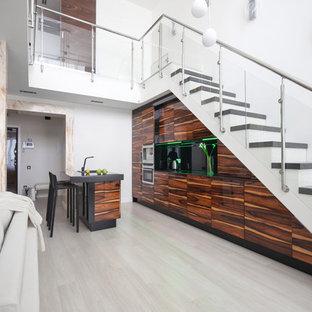 Ejemplo de escalera recta, actual, con escalones de acrílico