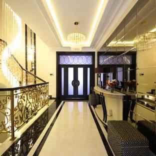 Diseño de escalera en U y papel pintado, bohemia, grande, con escalones de mármol, contrahuellas de mármol, barandilla de metal y papel pintado