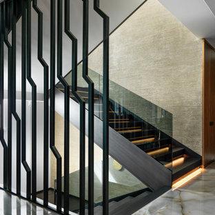 Неиссякаемый источник вдохновения для домашнего уюта: п-образная лестница в современном стиле с стеклянными перилами