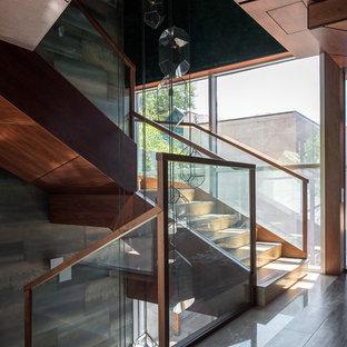 Свежая идея для дизайна: п-образная лестница в современном стиле с перилами из смешанных материалов - отличное фото интерьера