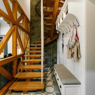 На фото: лестница среднего размера в морском стиле с