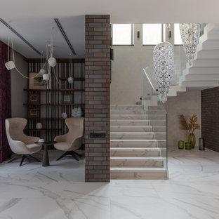 На фото: п-образная лестница в современном стиле с стеклянными перилами с