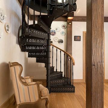 Реконструкция частного дома. Винтовая лестница в холле 2 этажа.