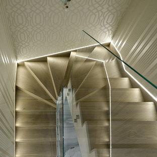 Новый формат декора квартиры: п-образная лестница среднего размера в современном стиле с деревянными ступенями, деревянными подступенками и стеклянными перилами