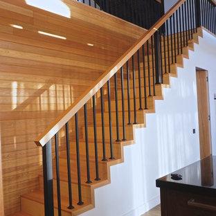 Imagen de escalera recta, nórdica, con escalones de madera y contrahuellas de madera