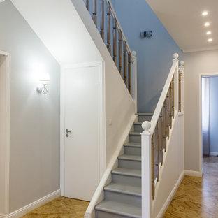Пример оригинального дизайна интерьера: п-образная лестница в классическом стиле с деревянными ступенями, деревянными подступенками и деревянными перилами