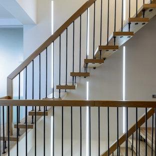 Diseño de escalera recta, nórdica, de tamaño medio, con escalones de madera y contrahuellas de madera