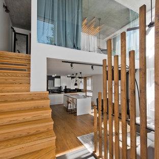 Удачное сочетание для дизайна помещения: изогнутая лестница в современном стиле с деревянными ступенями и деревянными подступенками - самое интересное для вас
