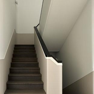 Пример оригинального дизайна: п-образная лестница в скандинавском стиле с деревянными ступенями и деревянными подступенками
