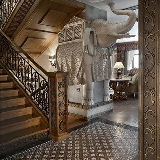 Идея дизайна: п-образная лестница в классическом стиле с деревянными ступенями и деревянными подступенками