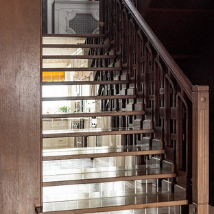 Неиссякаемый источник вдохновения для домашнего уюта: п-образная лестница в стиле современная классика с деревянными ступенями, стеклянными подступенками и деревянными перилами