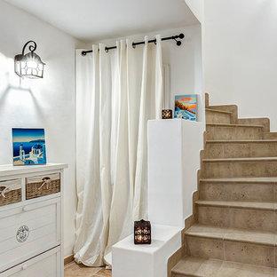 Неиссякаемый источник вдохновения для домашнего уюта: изогнутая лестница в морском стиле с ступенями из плитки и подступенками из плитки