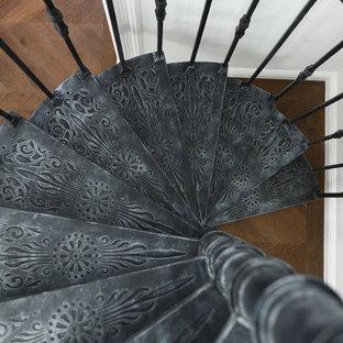 Diseño de escalera de caracol, clásica renovada, pequeña, con escalones de metal y barandilla de metal