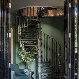 Идея дизайна: винтовая лестница в классическом стиле с металлическими ступенями, металлическими подступенками и металлическими перилами