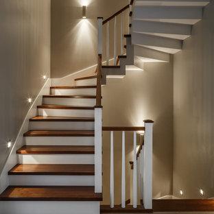 Пример оригинального дизайна: п-образная лестница в стиле современная классика с деревянными ступенями, деревянными перилами и крашенными деревянными подступенками