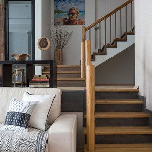 Imagen de escalera en L, costera, con escalones de madera, barandilla de varios materiales y contrahuellas de madera