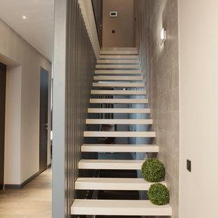 Modelo de escalera recta, actual, de tamaño medio, sin contrahuella, con escalones de acrílico