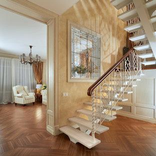 Новые идеи обустройства дома: п-образная лестница среднего размера в классическом стиле с деревянными ступенями без подступенок