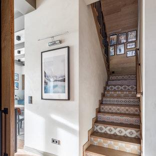 Foto de escalera en U y machihembrado, rural, de tamaño medio, con escalones de madera, contrahuellas con baldosas y/o azulejos, barandilla de madera y machihembrado