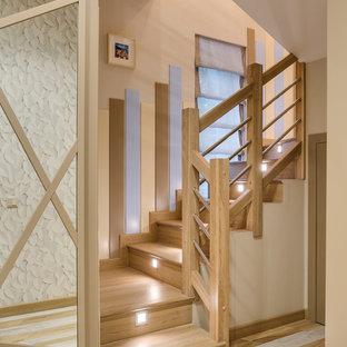 Свежая идея для дизайна: п-образная лестница с деревянными ступенями, деревянными подступенками и перилами из смешанных материалов - отличное фото интерьера