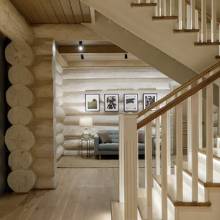 """Immagine di una scala a """"U"""" rustica di medie dimensioni con pedata in legno, alzata in legno, parapetto in legno e pareti in legno"""