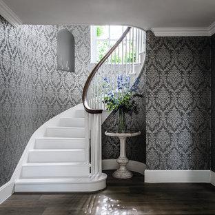 Свежая идея для дизайна: изогнутая лестница в классическом стиле с крашенными деревянными ступенями, крашенными деревянными подступенками и деревянными перилами - отличное фото интерьера