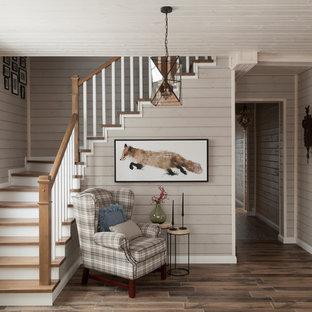 На фото: угловая лестница в скандинавском стиле с деревянными ступенями и деревянными перилами с