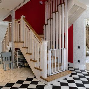 Пример оригинального дизайна: п-образная лестница в классическом стиле с деревянными ступенями и деревянными перилами