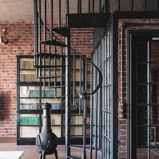 Пример оригинального дизайна интерьера: винтовая лестница в стиле лофт с металлическими ступенями и металлическими перилами без подступенок