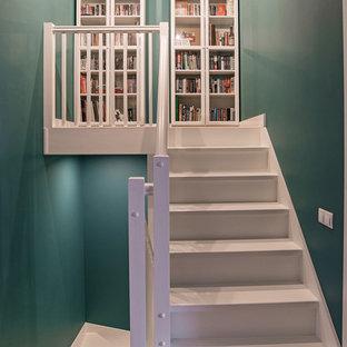 Diseño de escalera recta, nórdica, con escalones de madera pintada y contrahuellas de madera pintada