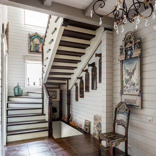 Создайте стильный интерьер: п-образная лестница в стиле кантри с деревянными ступенями, деревянными подступенками и деревянными перилами - последний тренд