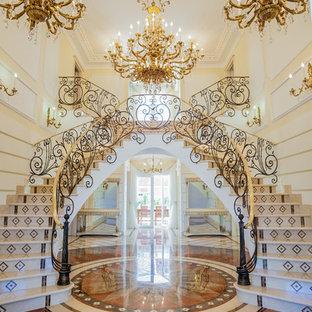Klassisk inredning av en mycket stor svängd trappa