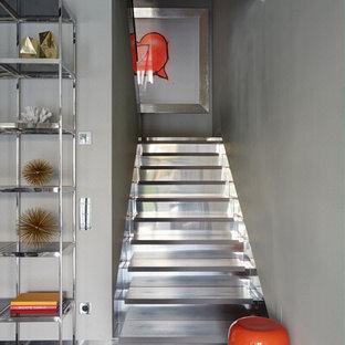 Источник вдохновения для домашнего уюта: п-образная лестница в современном стиле с стеклянными ступенями и стеклянными подступенками
