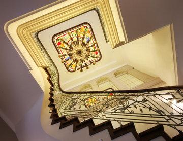 Витражный потолок над лестницей