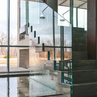 Идея дизайна: прямая лестница в современном стиле с мраморными ступенями, подступенками из мрамора и стеклянными перилами