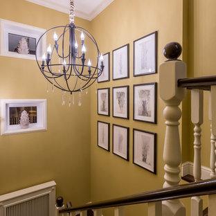 Свежая идея для дизайна: п-образная лестница в классическом стиле с деревянными ступенями - отличное фото интерьера