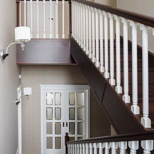Неиссякаемый источник вдохновения для домашнего уюта: п-образная лестница среднего размера в стиле современная классика с деревянными ступенями, деревянными подступенками и деревянными перилами