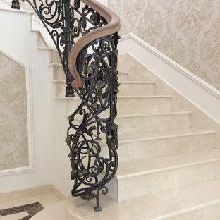 Klassisk inredning av en trappa i marmor, med sättsteg i marmor
