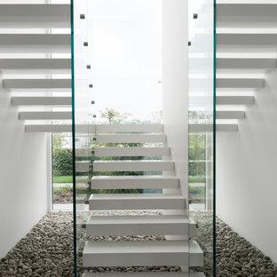 Пример оригинального дизайна: п-образная лестница среднего размера в современном стиле с акриловыми ступенями без подступенок