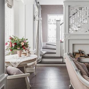 Создайте стильный интерьер: изогнутая лестница среднего размера в стиле современная классика с деревянными перилами - последний тренд